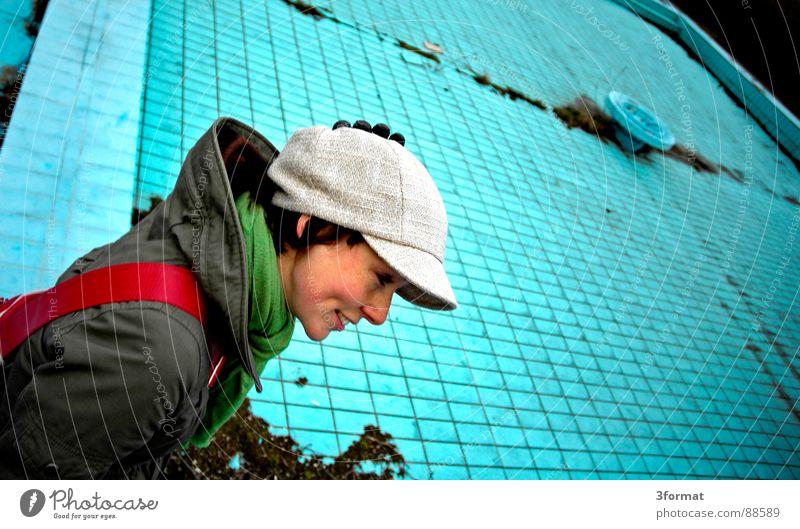 auchImPool Frau alt blau Einsamkeit kalt Stein Angst klein Treppe Bad Schwimmbad Schutz Vertrauen türkis verstecken Lagerhalle