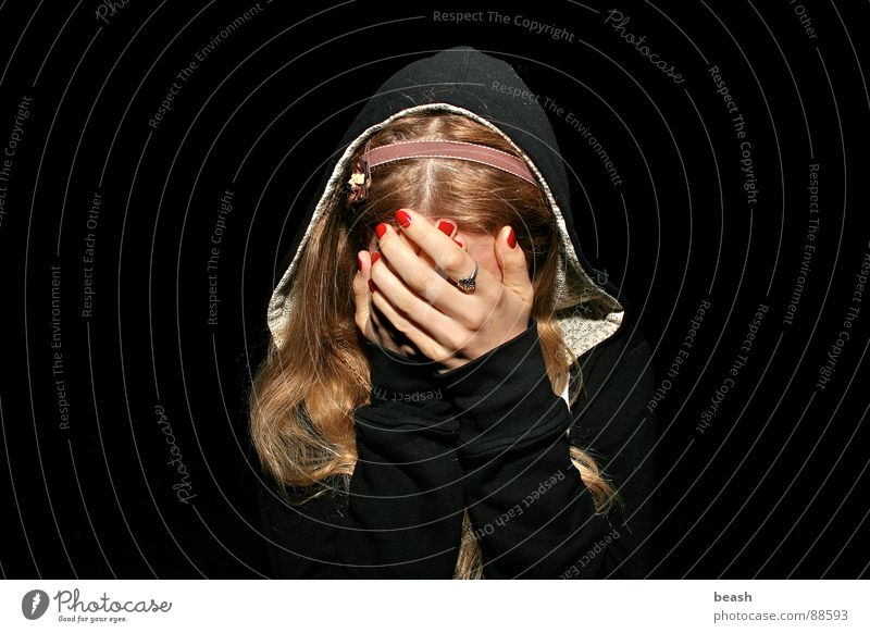 yaiks blond Angst Panik Farbe Jugendliche dark flash light shy red hands black Außenaufnahme