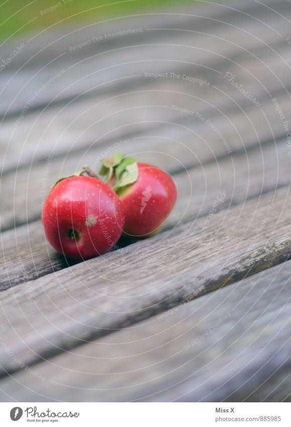 2x rot Lebensmittel Frucht Apfel Ernährung Picknick Bioprodukte Vegetarische Ernährung Diät Gesunde Ernährung Holz frisch Gesundheit lecker saftig süß Farbfoto