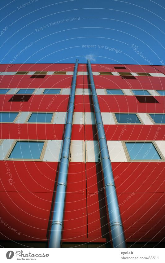 Symmetriert veredelte Abluft Himmel blau weiß rot Sommer Haus Fenster Wärme Gebäude Energiewirtschaft modern außergewöhnlich Hochhaus Streifen trist Niveau