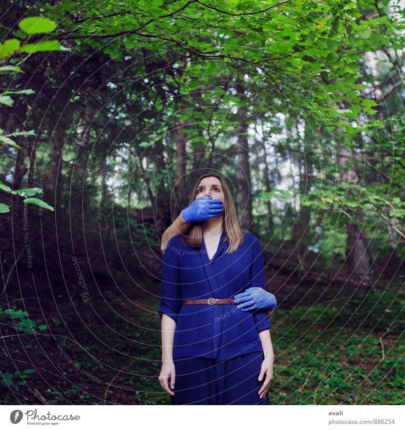 Klappe halten Mensch feminin Hand 1 13-18 Jahre Kind Jugendliche 18-30 Jahre Erwachsene Wald Handschuhe blau Angst Partnerschaft bedrohlich klappe halten