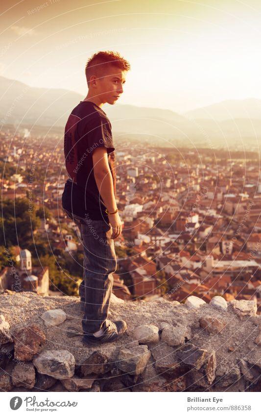 Junge steht über Hügel und schaut in de Landschaft Lifestyle Freizeit & Hobby Mensch maskulin Kindheit Leben 1 3-8 Jahre Natur Schönes Wetter Berge u. Gebirge