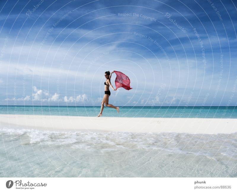 strandlauf#4 Strand Meer Ferien & Urlaub & Reisen Frau springen hüpfen Bikini Malediven Indien schön Flughafen Freude Sonne laufen Wasser Wetter Klarheit hell