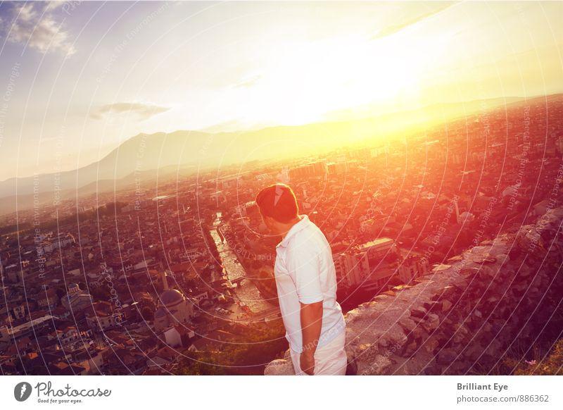 Mann schaut in die Stadt hinunter Mensch Natur Jugendliche Sommer Sonne Einsamkeit Landschaft 18-30 Jahre Erwachsene Berge u. Gebirge Liebe Freiheit maskulin