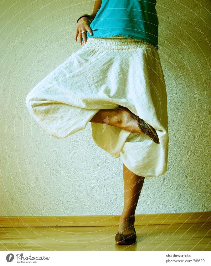 Mode aus Indien Hose Körperhaltung Frau feminin Schuhe Hand grün Bekleidung Tapete stehen Beine Kleidungsstück Einbeinig Einbeinigkeit Auf einem Bein