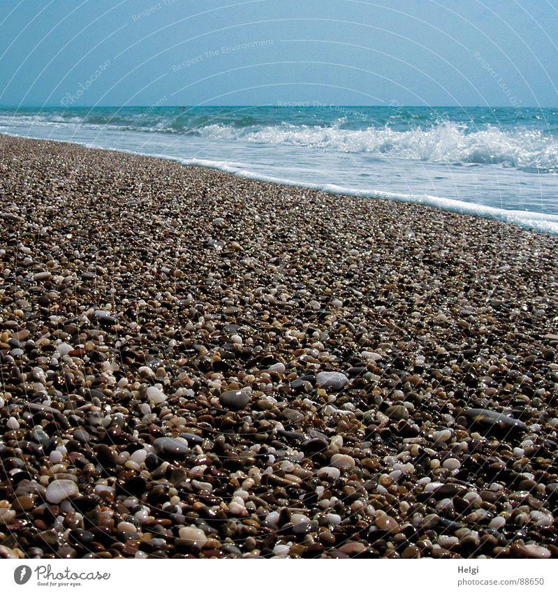 Kiesstrand mit Brandung am Mittelmeer Farbfoto Gedeckte Farben Außenaufnahme Menschenleer Textfreiraum oben Tag Schatten Reflexion & Spiegelung Sonnenlicht