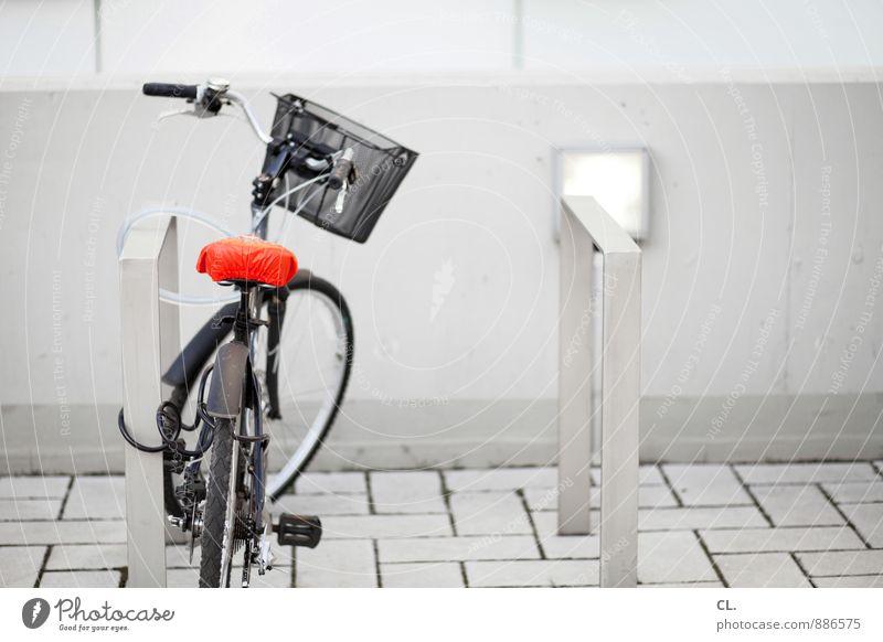 abstellplatz Fahrradfahren Verkehr Verkehrsmittel Verkehrswege Straßenverkehr warten rot weiß Freizeit & Hobby stagnierend 1 parken Parkplatz Farbfoto