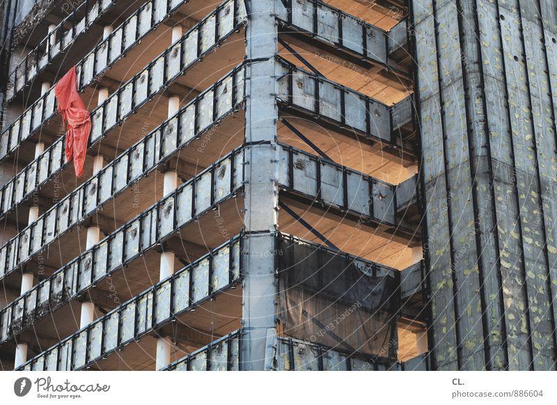 rote fahne Stadt Wand Architektur Mauer Gebäude Fassade Wachstum Hochhaus groß hoch Wandel & Veränderung Baustelle verfallen Fahne Bauwerk