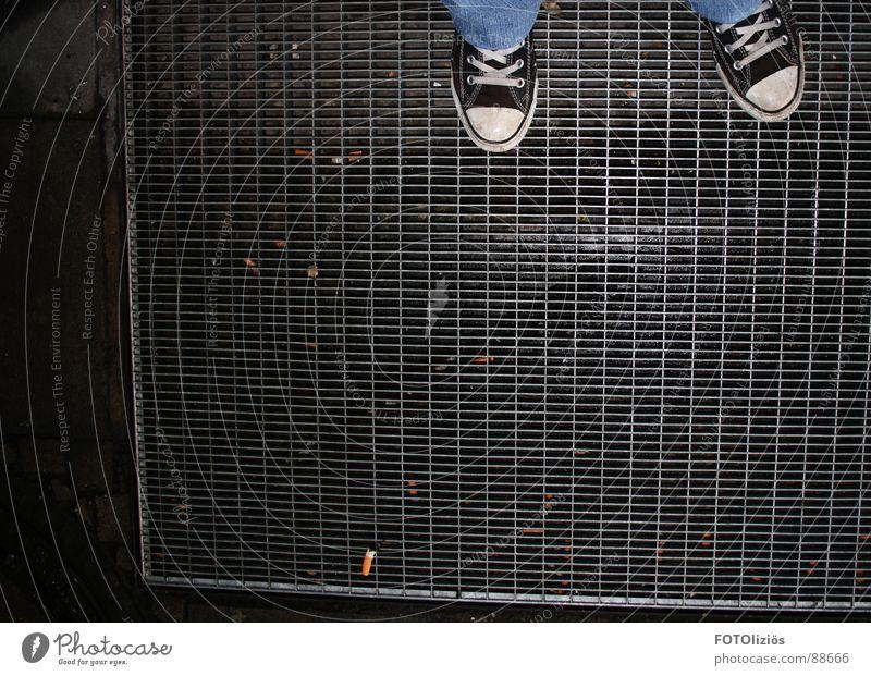 Stay chucked! schwarz dunkel Schuhe Bekleidung Rauchen Zigarette Chucks Turnschuh Schuhbänder Rauchpause Zigarettenstummel