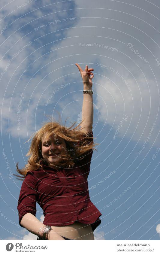 Bis zu den Wolken... rot weiß springen hüpfen Hand bauchfrei Sommer Fröhlichkeit Himmel Frau Jugendliche Freude Freizeit & Hobby blau Haare & Frisuren Wind hoch