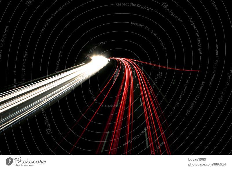 Autonacht weiß rot schwarz Straße PKW Verkehr fahren Fahrzeug Autobahn Personenverkehr Autofahren Straßenverkehr Verkehrsmittel Leuchtspur Berufsverkehr