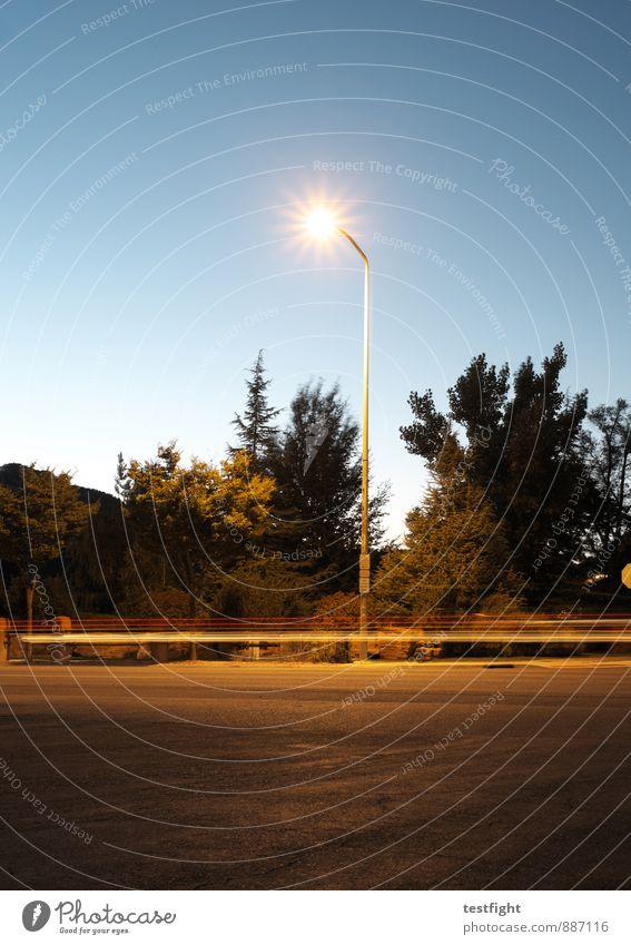 lampe Kleinstadt Verkehr Verkehrswege Personenverkehr Autofahren Straße Straßenkreuzung Bewegung Geschwindigkeit Politische Bewegungen Licht Straßenbeleuchtung
