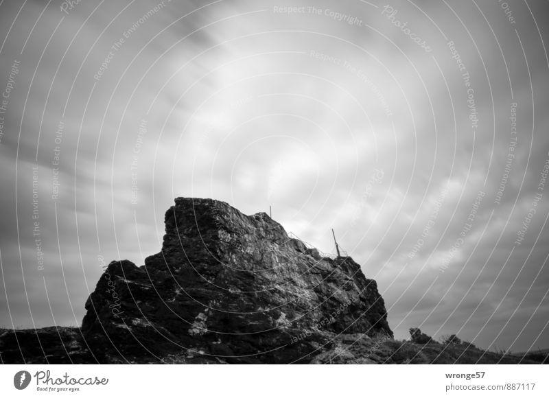 Gegenstein II Landschaft Himmel Wolken Horizont Sommer schlechtes Wetter Felsen Kreuz Gipfelkreuz dunkel grau schwarz himmelwärts Wolkendecke Wolkenhimmel