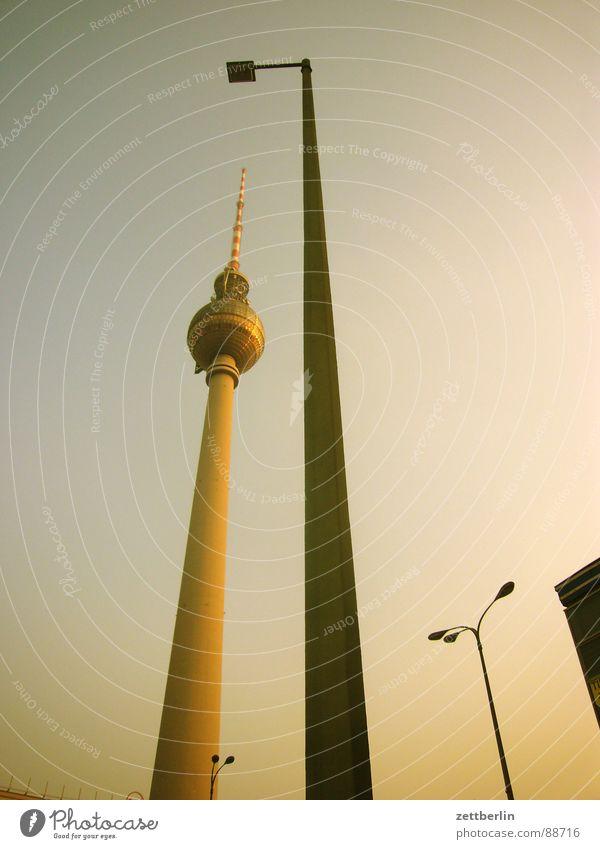 Fachwissen {n} = specialised knowledge Alexanderplatz Mitte Laterne Lampe steil aufsteigen Dämmerung Wahrzeichen Denkmal Berlin Kommunizieren city (ost) DDR