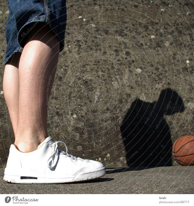 Duo Schluckspecht Sport Mauer Spielen Beine Kopf Schuhe fantastisch Beton Bodenbelag Asphalt Ball Jeanshose Langeweile Strümpfe Landwirt Basketball