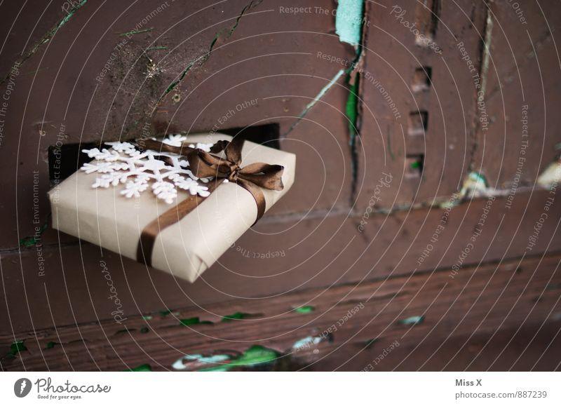 Postwurfsendung Feste & Feiern Weihnachten & Advent Tür Briefkasten Verpackung Paket Schleife Gefühle Stimmung Vorfreude Geschenk Schneeflocke