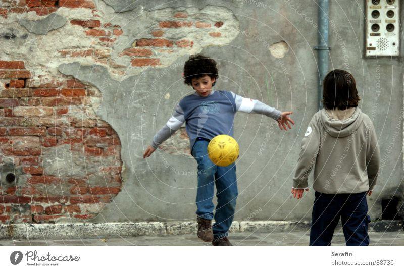 Fussballspiel Kind Sport Spielen Fußball Ball Tor treten Spieltrieb