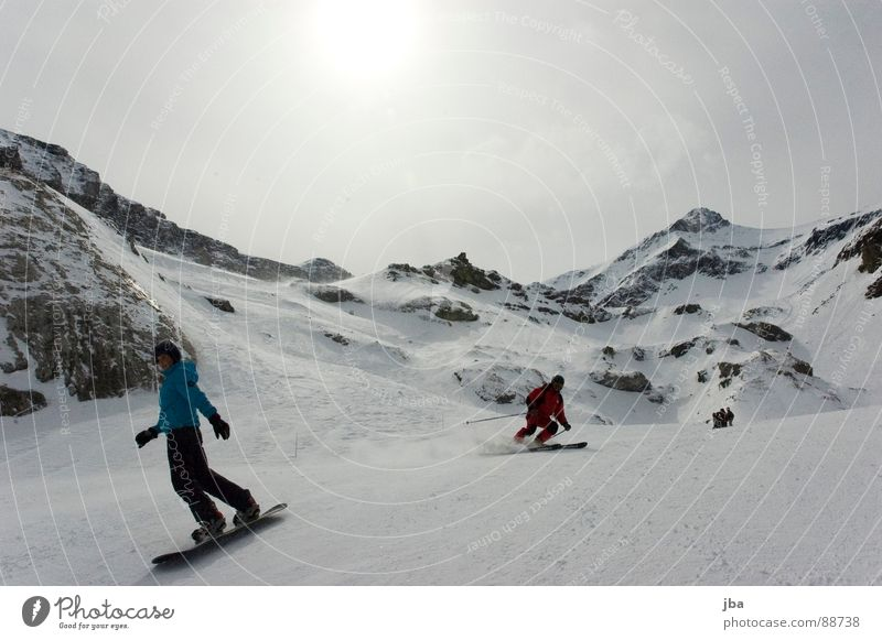 Skiing   Boarding Frau Mann blau schön weiß Sonne rot Wolken Berge u. Gebirge Schnee grau Stein Felsen Geschwindigkeit fahren Körperhaltung