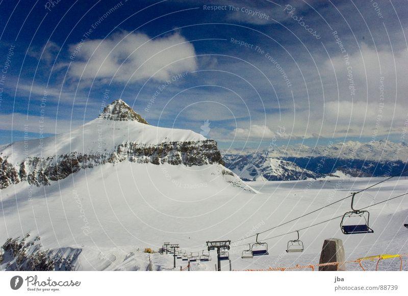 Oldenhorn | Glacier 3000 schön weiß Neuschnee Felsen Berghang steil Wolken Skipiste Sesselbahn 4 Zaun Panorama (Aussicht) Ferne Berge u. Gebirge Spitze spitzig