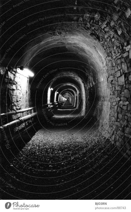 Wer geht vor? schwarz weiß Untergrund 2. Weltkrieg Schacht Tunnel London Underground Kanalisation analog Licht dunkel eng Fluchtpunkt Wand Kies Hochformat