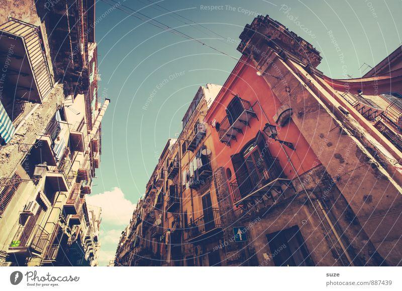 Zwischen den Jahren Ferien & Urlaub & Reisen Stadt alt Fenster Reisefotografie Architektur Gebäude Lifestyle braun Fassade Häusliches Leben dreckig authentisch