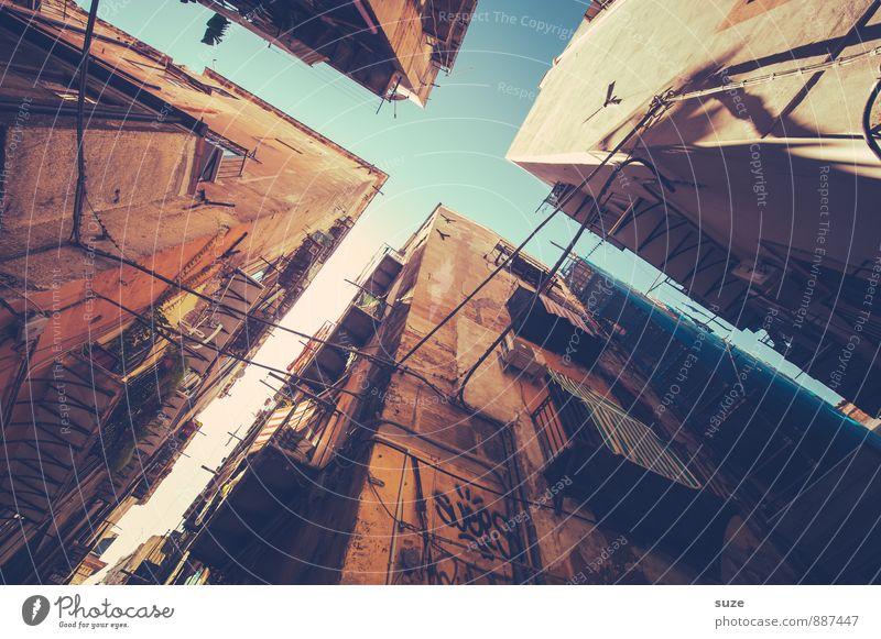 Vier mit Format Ferien & Urlaub & Reisen Stadt alt Fenster Reisefotografie Architektur Gebäude braun Fassade dreckig authentisch fantastisch Vergänglichkeit