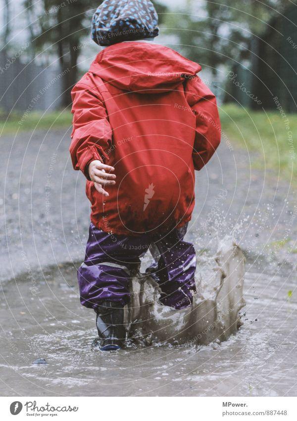 kind sein dürfen Mensch Kind rot Hand Freude Bewegung Herbst Spielen Schwimmen & Baden Kindheit Landkreis Regen spritzen Pfütze schlechtes Wetter Schwester