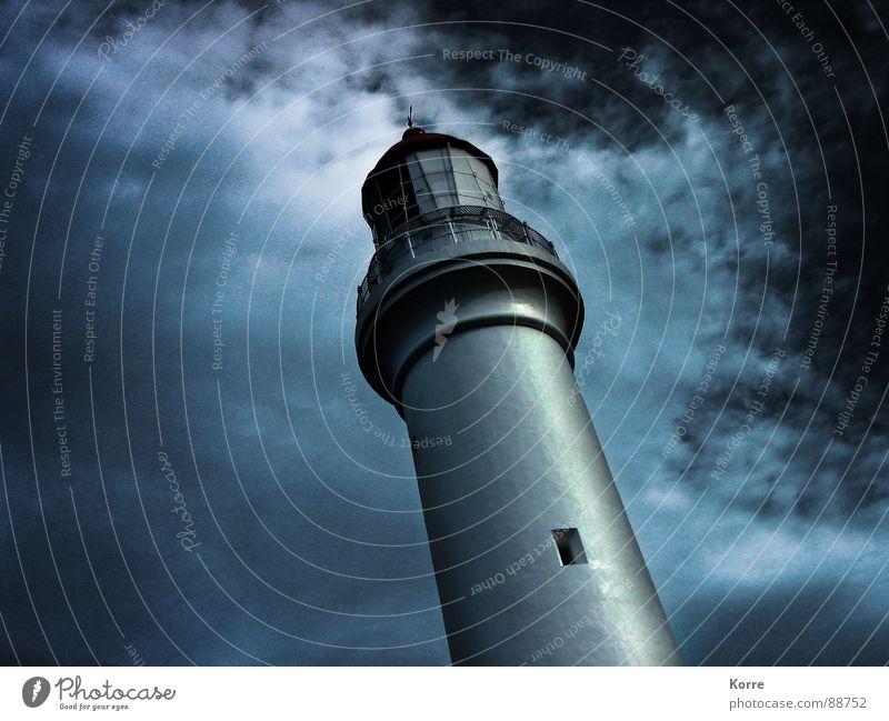 Der Turm am Meer II Farbfoto Außenaufnahme Nahaufnahme Experiment abstrakt Menschenleer Textfreiraum links Nacht Froschperspektive ruhig Wolken Mond See