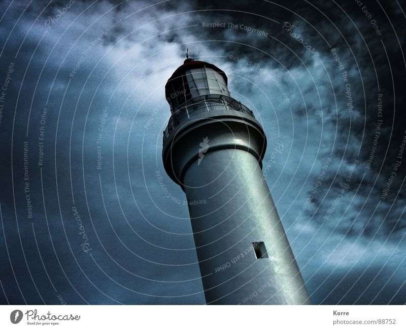 Der Turm am Meer II ruhig Wolken Einsamkeit dunkel kalt See verrückt fallen gruselig Denkmal Mond Schifffahrt Wahrzeichen Leuchtturm