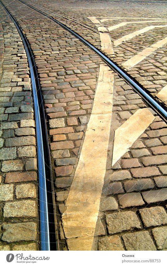 Straßenbahnschienen Gleise Stahl Granit Kopfsteinpflaster Fahrbahn Fahrbahnmarkierung Verkehr Straßenverkehr gestreift diagonal Verkehrswege Stein