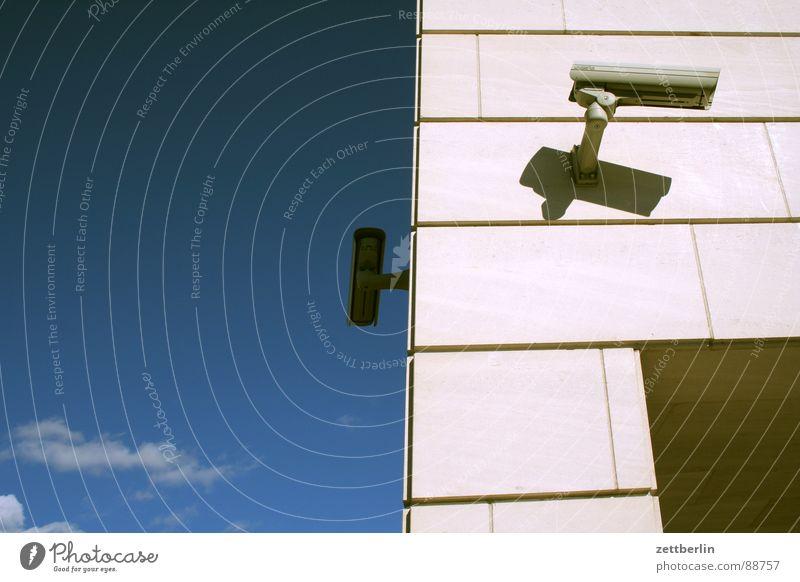Überblick geben = to outline Überwachungskamera Sicherheit Überwachungsstaat Desinteresse Regierungssitz Datenschutz Detailaufnahme Frankreich historisch