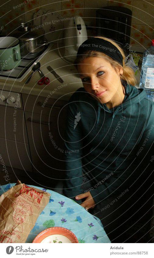 küchenhocker Küche Tisch Frau Besteck dunkel Fragen Blick sitzen Ernährung warten Gesicht Tischwäsche