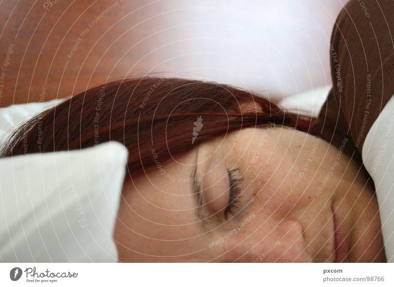 SLP Bett schlafen Guten Morgen Frau Nahaufnahme weiß braun Hotel Auge Haare & Frisuren