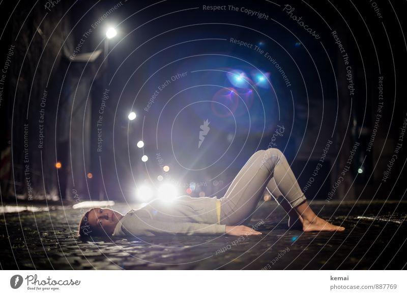 Darkness creates these illusions. Lifestyle Mensch feminin Junge Frau Jugendliche Leben Körper Fuß 1 18-30 Jahre Erwachsene Stadt Altstadt Straße