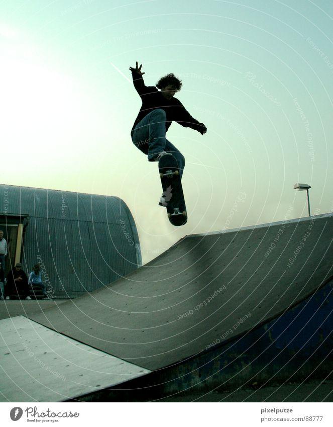 transfer Mann Jugendliche Himmel Sport springen Bewegung Park fliegen Skateboarding Konzentration Dynamik Skateboard Locken Freak Hardcore extrem