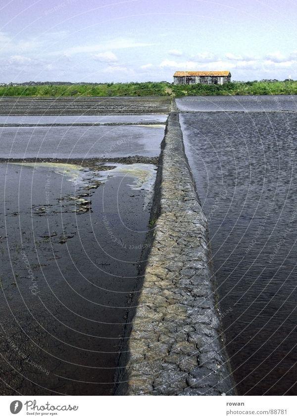 Salzgarten Handwerk Saline Schlamm Meer See Wellen Haus Baracke kommen Steg Teilung Wasser alt Einsamkeit aufgegeben Entsalzen Meeressalz Meersalz Wege & Pfade