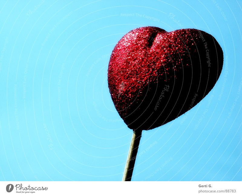Herz am Stiel rot glänzend Beleuchtung schimmern Liebesgruß Symbole & Metaphern Dekoration & Verzierung himmelblau liebesboten herzkrankheit herzoperation vsd