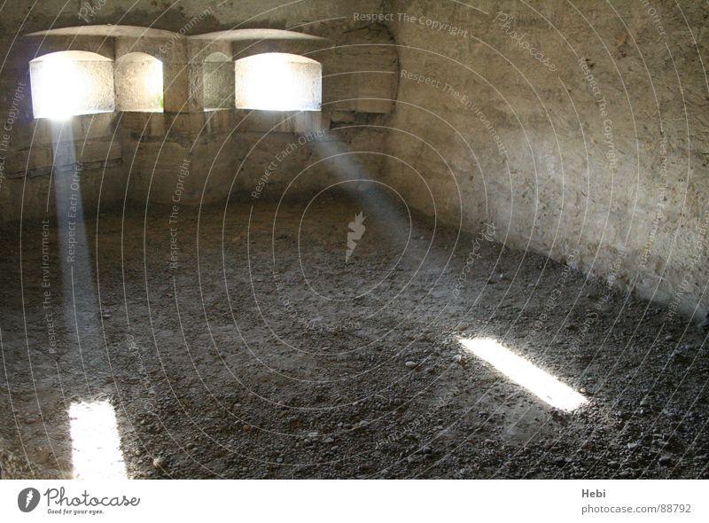 Licht ins Dunkel Lichteinfall Leuchtspur Hoffnung Festung Verzweiflung Trauer historisch verfallen Hoffnungsschimmer Traurigkeit Burg oder Schloss Tag