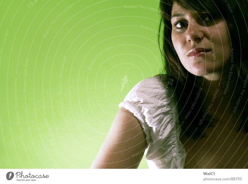 Es grünt so grün Frau Model Porträt Bluse weiß Haare & Frisuren schön Stil Dame eindam Auge Mund Nase Gesicht Schatten Beleuchtung Teeanger stylish
