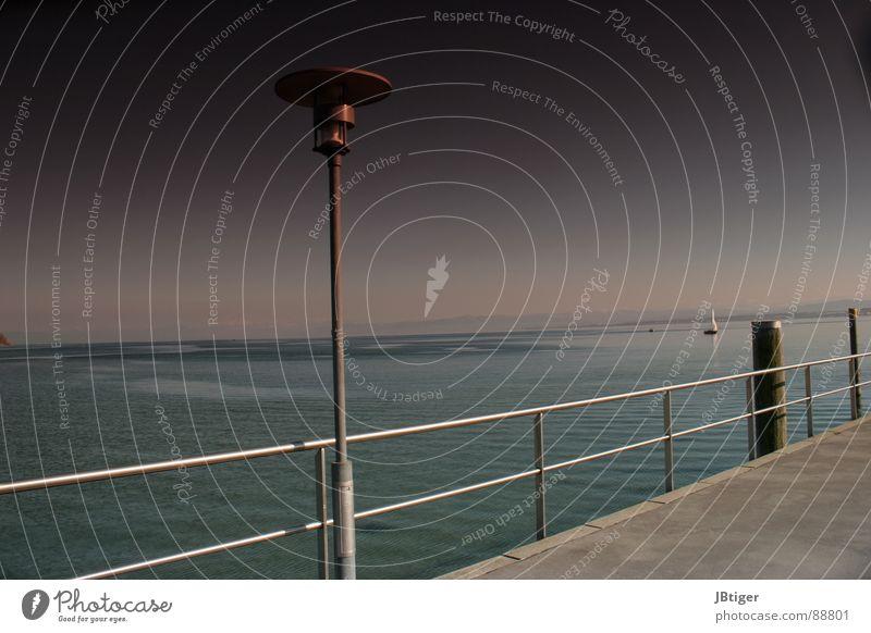 Sonnenbrillenzeit Wasser Meer ruhig Ferne Freiheit Wärme Küste See Lampe Wasserfahrzeug Physik Frieden Geländer Laterne Segelboot Promenade