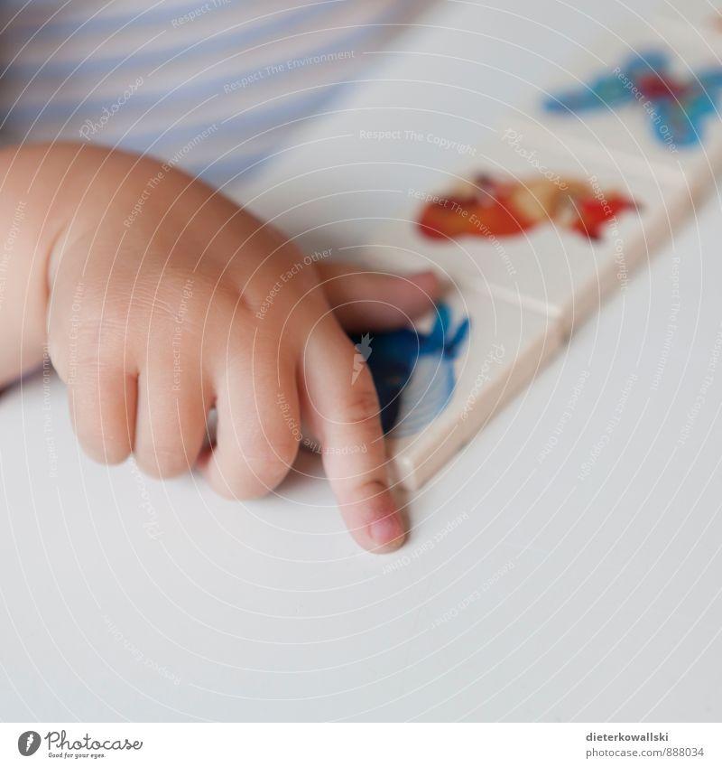 Kleine Hand Spielen Kindergarten lernen Mädchen Kindheit Finger Freude Glück Farbfoto Innenaufnahme Textfreiraum unten