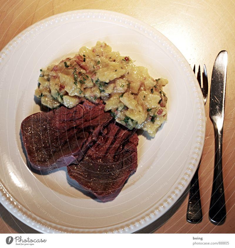 la langue, die Zunge Gasthof Mahlzeit Sinnesorgane Ernährung Flüstern Fleisch Tafelmesser Gabel Teller Portion Speise Gastronomie Kartoffelsalat gepökelt