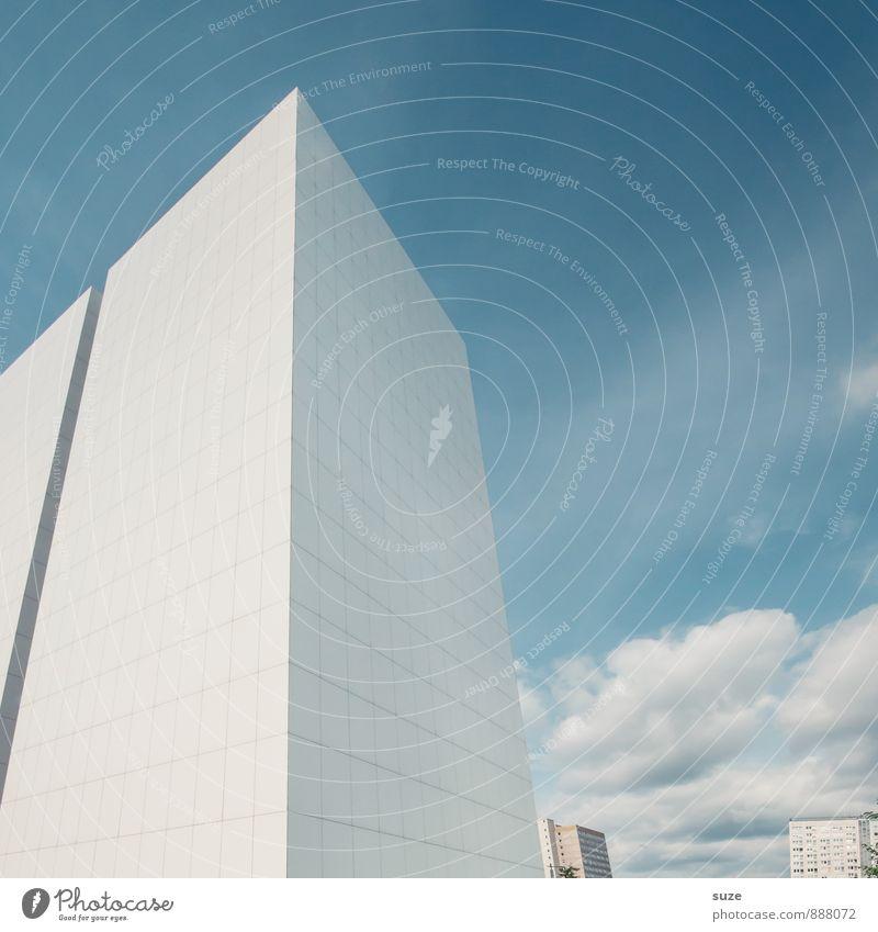 Was man nicht im Kopf hat ... Himmel blau Stadt weiß Umwelt Architektur Gebäude Arbeit & Erwerbstätigkeit Fassade Büro Design modern Hochhaus hoch ästhetisch
