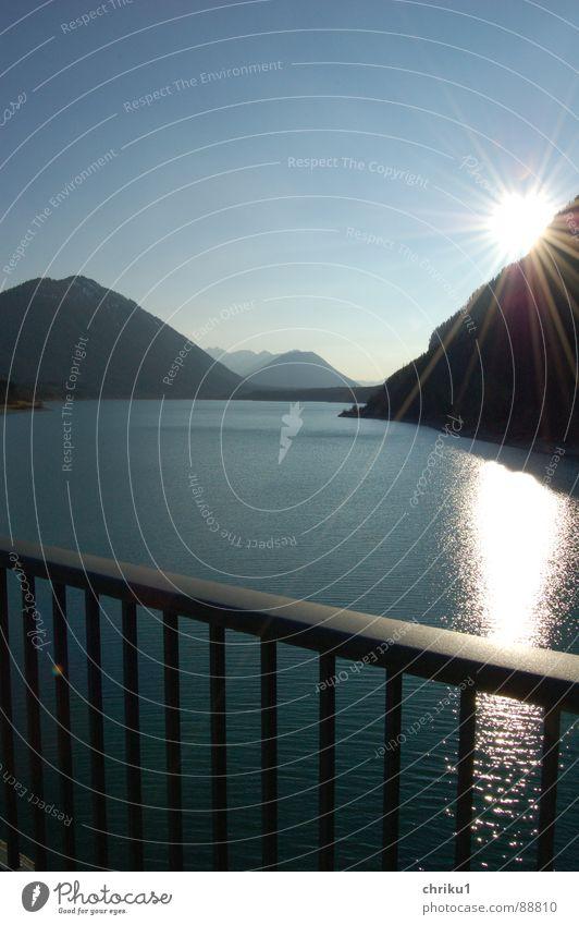 stau-am-see_1 Bayern Stausee See glänzend Brückengeländer nass Sonnenstrahlen Gewässer Erholung Bergkette Freizeit & Hobby Reflexion & Spiegelung dunkel