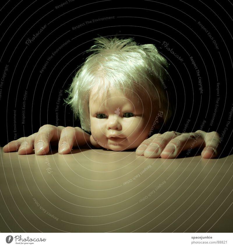 Big hands Kind Hand Freude Gesicht lustig verrückt Tisch Klettern Spielzeug Kindheit Puppe skurril Versteck