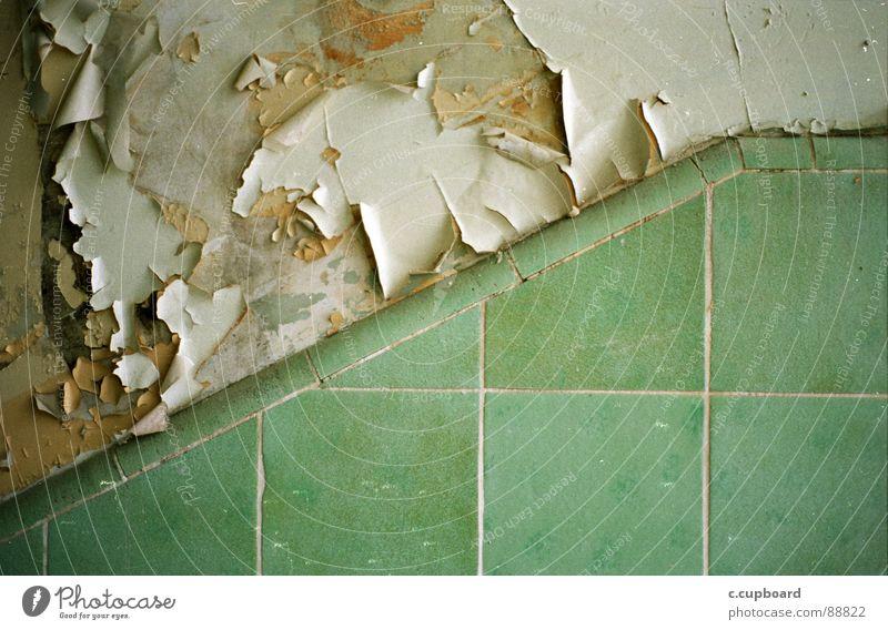 treppenhaus Riss türkis grün Verfall Konzentration analog nah Nahaufnahme Detailaufnahme Fliesen u. Kacheln grünlich wassertöne alt Farbe symetrie Teilung