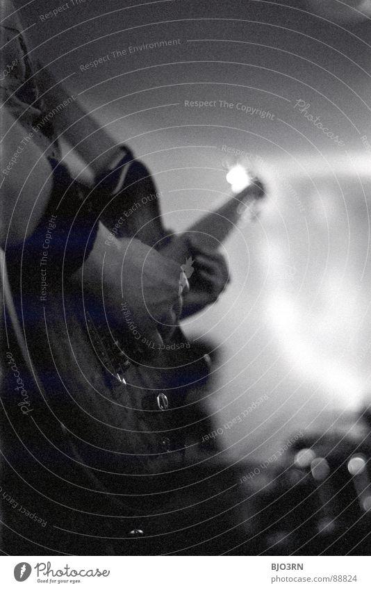 Kais Gitarre Mensch Spielen Musik grau maskulin Lifestyle Freizeit & Hobby Show Club berühren Konzert festhalten Rockmusik Teile u. Stücke Gitarre