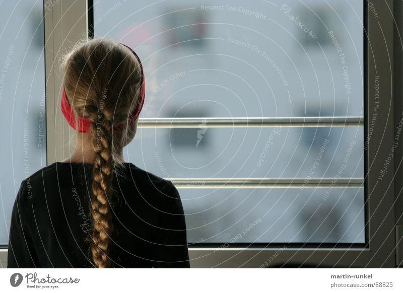 vision 2050 Mädchen Fenster Zopf rot grau schwarz Stirnband Einsamkeit Kind Gefühle Rücken Blick blick aus dem fenster einsames mädchen rotes strinband