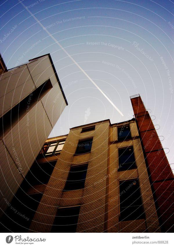 Flugkorridor {m} = air lane Himmel Sonne Haus Fenster Berlin Architektur Fassade Flugzeug Luftverkehr Perspektive Backstein Etage Mond Wiedervereinigung
