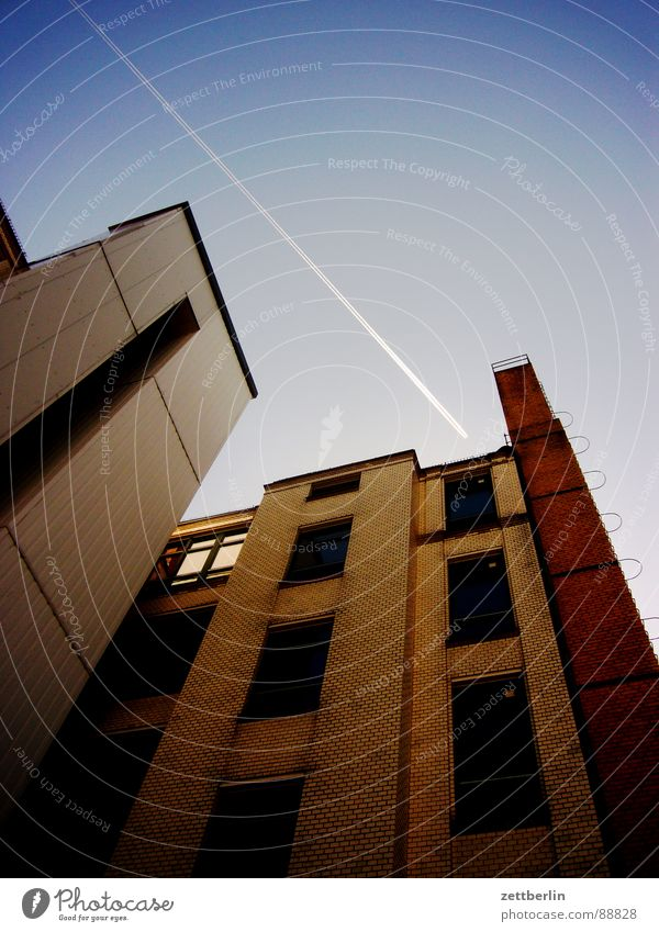 Flugkorridor {m} = air lane Himmel Sonne Haus Fenster Berlin Architektur Fassade Flugzeug Luftverkehr Perspektive Backstein Etage Mond Wiedervereinigung unschuldig Umweltverschmutzung